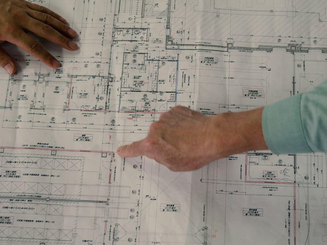 巨大な機械の搬入と、同時進行の建設工事